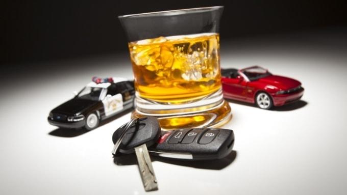 Изображение алкоголя, машины и ключей