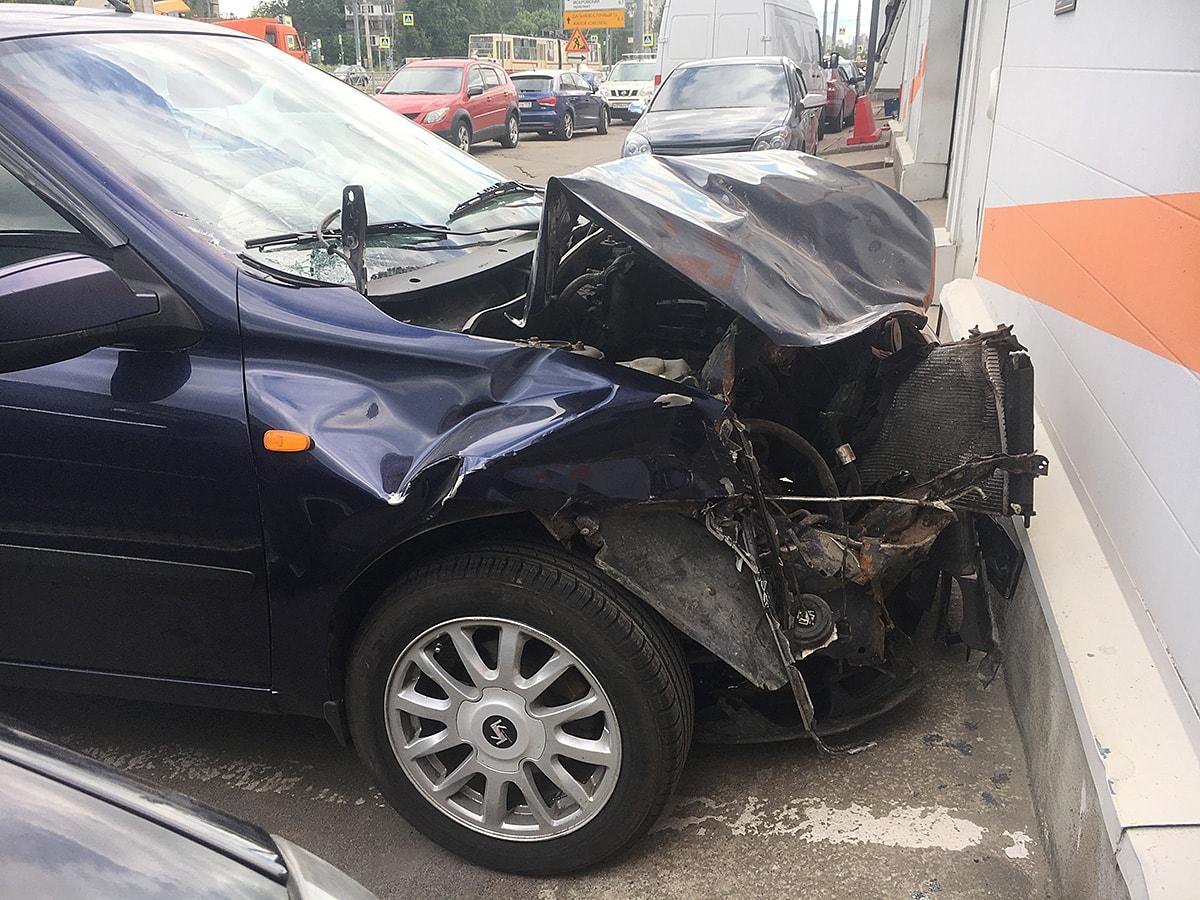 Фото сильно разбитого автомобиля