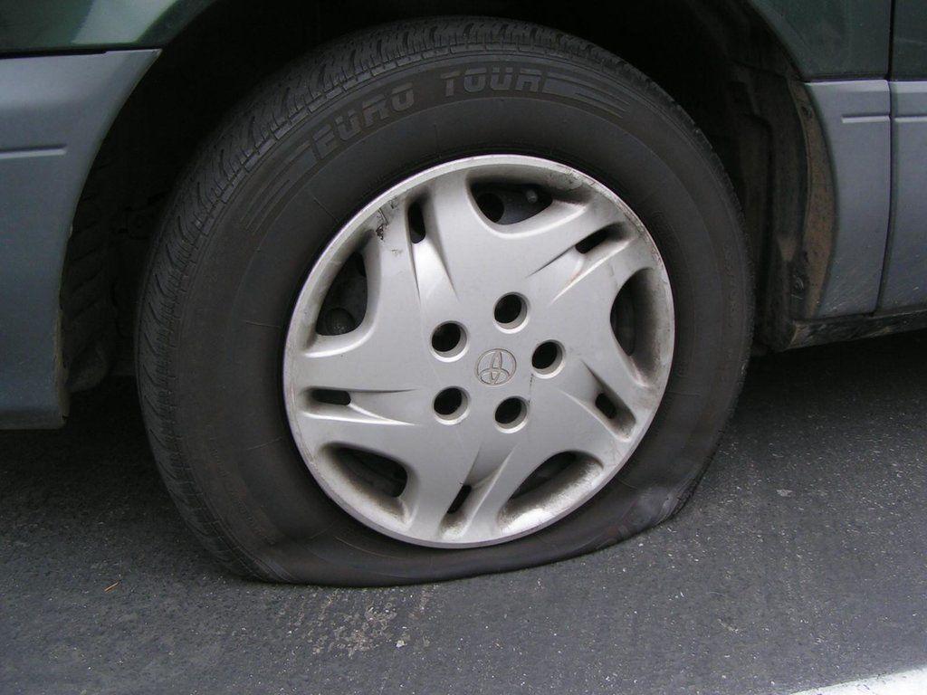 Фото спущенного колеса